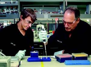 生物学家Roland Wagner(左)指导Jon Cohen进行构建CRISPR系统