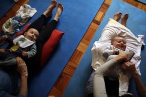 在巴西圣保罗,一些新手妈妈发现婴儿瑜伽有助于预防抑郁。