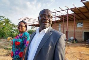 Onikepe Folarin和Christian Happi站在尼日利亚即将建成的传染病研究基因组中心前