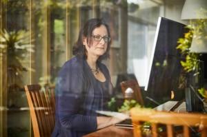 Elisabeth Bik辞去了工作,专注于发现研究论文中的错误,并已成为科学诚信侦探的公众代言人。